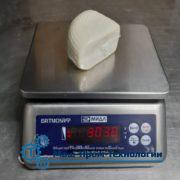 кусочек сыра на весах