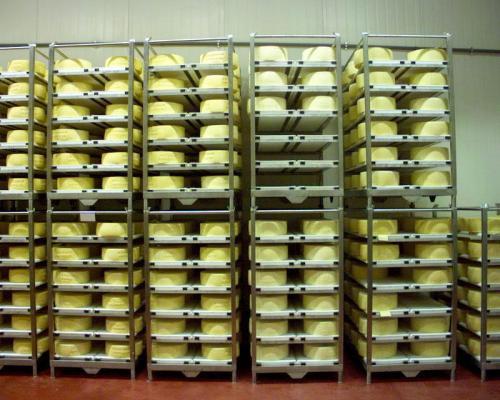 Сыр на стеллаже при вызревании